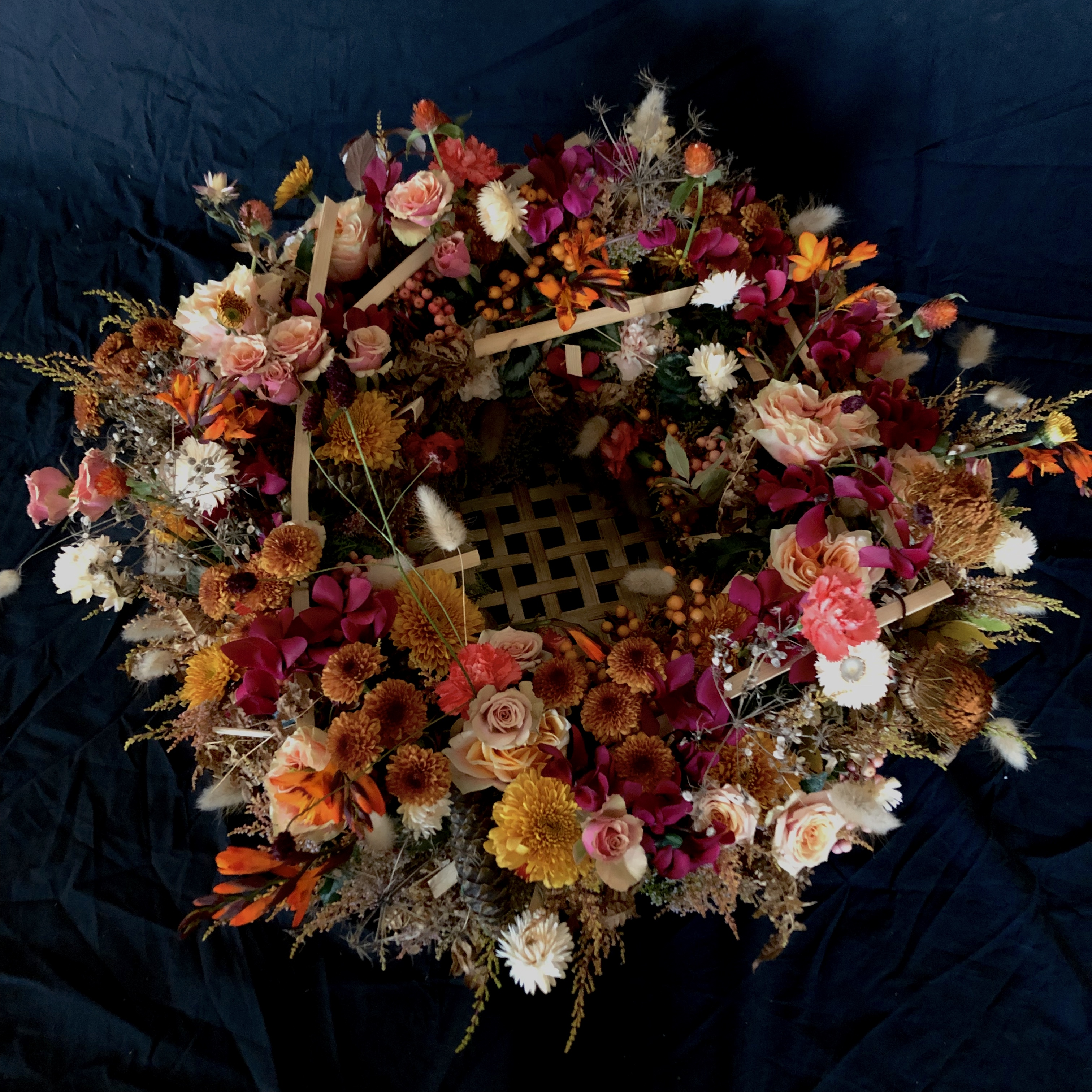 Blomstrande krans endast av naturmaterial